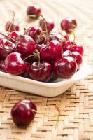 färska körsbär i skål på bordet