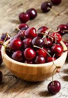 färska körsbär i en träskål, selektiv inriktning