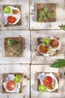 skiva fullkornsbröd och körsbärstomater foto