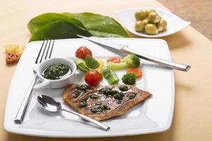 vild vitlök med stekt kyckling och vårgrönsaker