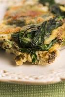 omelett med grönsaker och ost. frittata foto