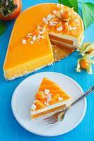 krämig tårta med kokos, mango och persimon foto