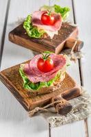 färsk salami med tomat och sallad foto