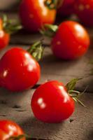 röda organiska körsbärstomater foto