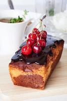 plommon kaka mat choklad körsbär närbild stilleben med foto