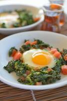 stekt ägg med spenat foto