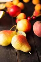 välsmakande päron och andra frukter foto