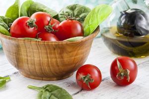 röda tomater och spenat foto