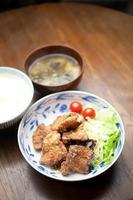 japansk mat buta no karaage (friterad fläsk) foto