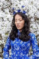 porträtt av stillhet tjej i en blå ao dai foto