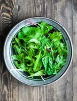 grön sallad på rustik bakgrund foto