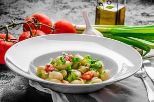 vegetarisk gnocchi med vårlök och tomater