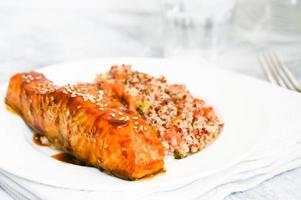 bakad lax med couscous och grönsaker foto