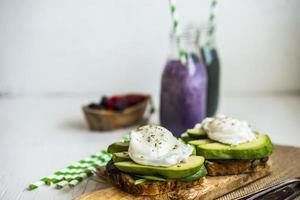hälsosam smörgås med avokado och pocherade ägg foto