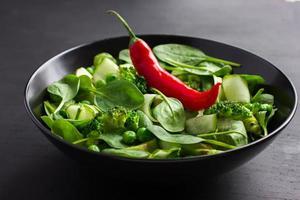 hälsosam mat. färsk grön sallad. foto