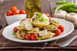 tortellini fylld med en blandning av grönsaksfjäder foto