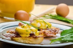 ägg bvenedict med gräslök foto