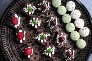 tallrik med choklad brownies foto