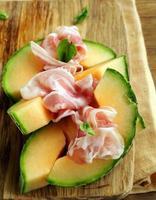italiensk antipasti-melon med rökt skinka (prosciutto melone) foto