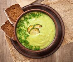zucchini gräddsoppa i en keramisk skål foto