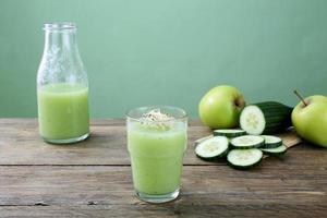 grönt smoothie äpple och gurka foto