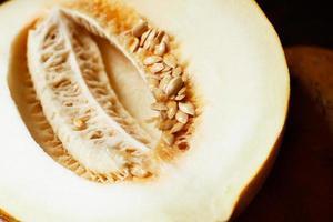 skär melon med frön foto