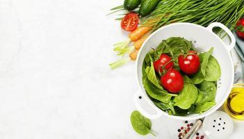 färska organiska trädgårdsgrönsaker i durkslag foto
