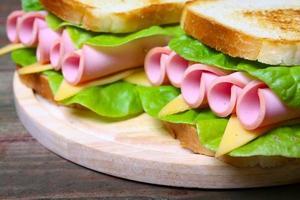 smörgås med skinka, ost och sallad foto