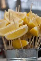 limefrukter och citroner foto