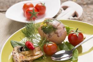 fyllda ägg med färska grönsaker foto