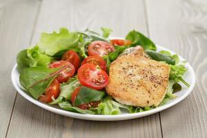 rostad kyckling med blandningsallad foto