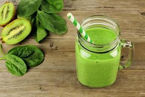 grön smoothie i en burk nedåt foto