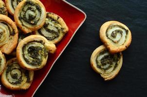smördegsrullar med spenat och grekisk ostfyllning foto