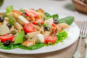 hälsosam vårsallad med grönsaker