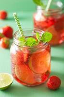 sommarjordgubbedrink med lime och mynta i burkar