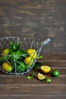 färska limefrukter i en vintage korg foto