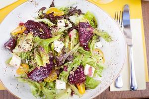 vegetarisk sallad med rödbetor i restaurangen foto