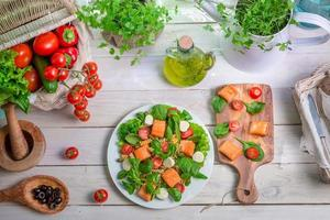 hälsosam sallad med färska grönsaker och lax foto
