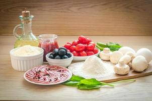 ingredienser för pizza på träbakgrunden