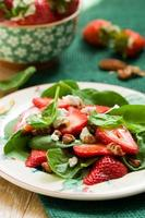 spenatsallad med jordgubbar foto