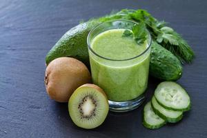 grön smoothie och ingredienser - avokado, äpple, gurka, kiwi, citron foto