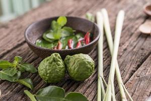 örter och kryddor över träbakgrund foto
