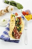 crepe med spenat, bacon, ost, vitlök och gräddfil foto
