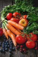 blandning av frukt, grönsaker och bär foto