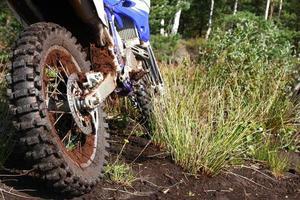 lerigt bakhjul med smutscykel foto