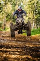 quad rider hoppning foto