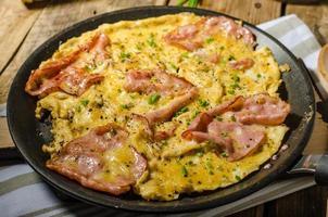 rustik omelett med berömd pragskinka foto