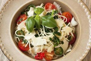 pasta med grönsaker foto