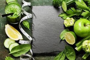 färska gröna grönsaker och smoothie foto