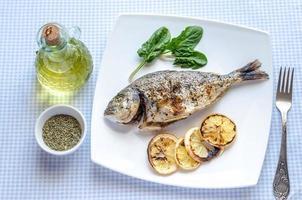 grillad doradafisk med citron och spenat foto
